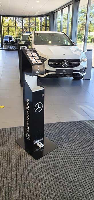 Brandované stojany Mercedes Benz ukázka celého stojanu-novirusactive